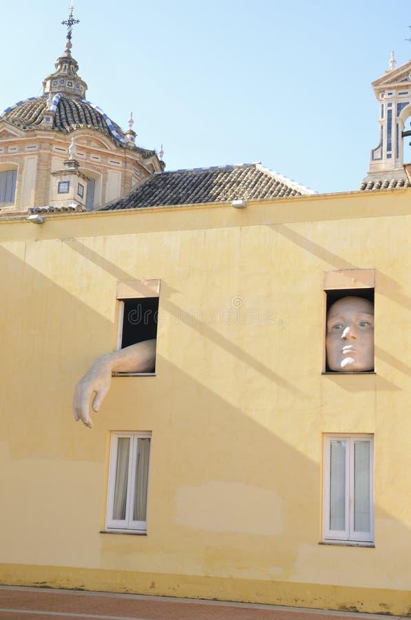 Figura gigante attraverso le finestre immagini stock libere da diritti