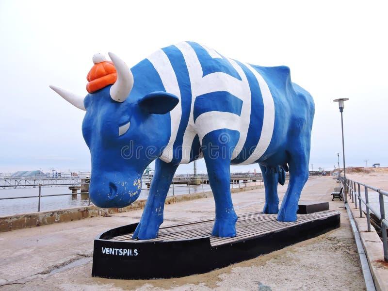Figura gigante della mucca in Ventspils, Lettonia immagini stock libere da diritti