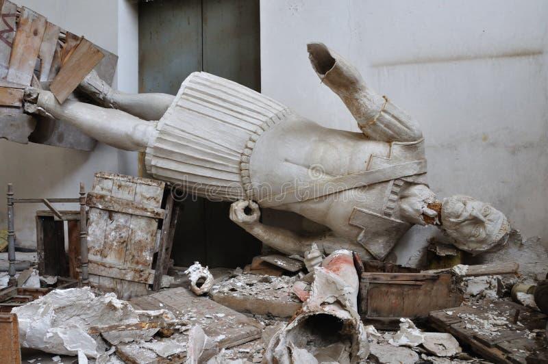 Figura gigantesca da estátua quebrada do deus antigo foto de stock royalty free