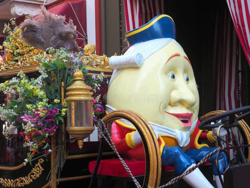 Figura grande de Humpty Dumpty en el carro colorido fotografía de archivo libre de regalías