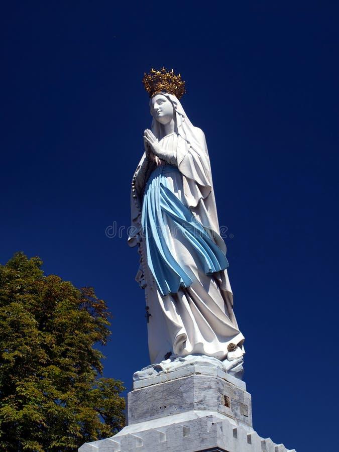 Figura grande del Madonna en Lourdes foto de archivo