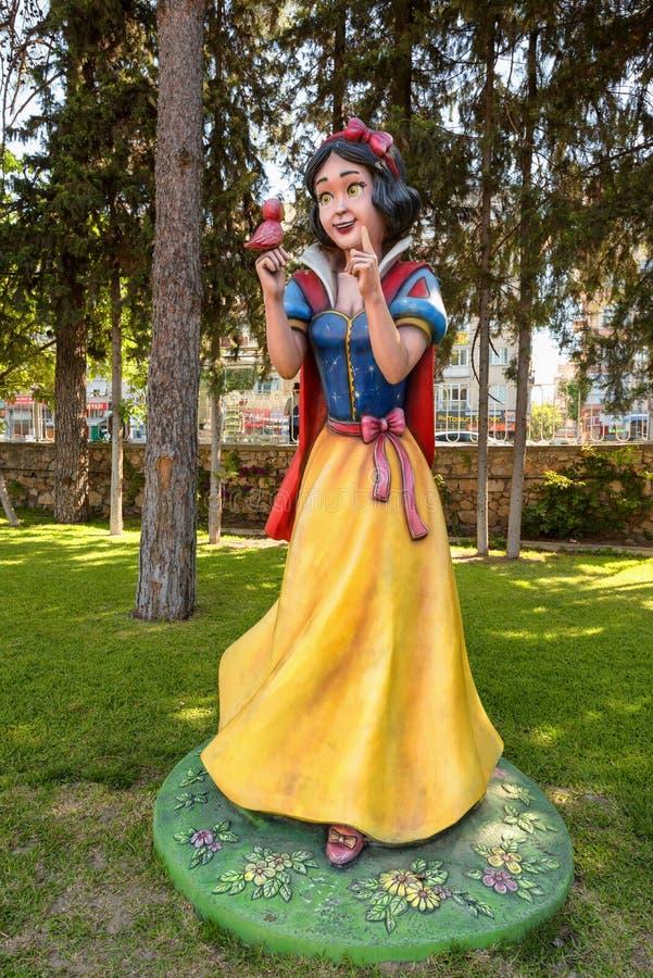 Figura a grandezza naturale di Biancaneve nel parco miniatura di divertimento, Adalia, Turchia fotografie stock