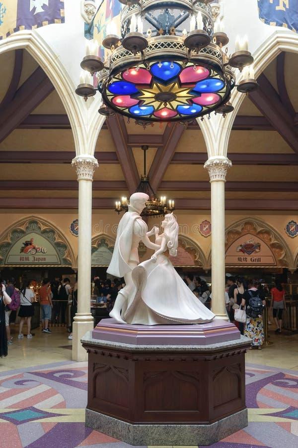 Figura a grandezza naturale umana della scultura di pietra di principe e di principessa che ballano temporaneamente visualizzato  immagini stock libere da diritti