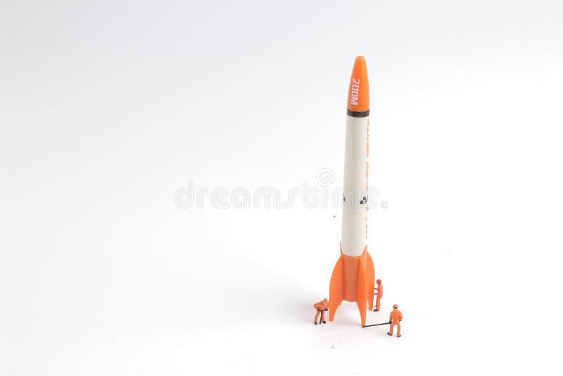 figura mínima do trabalhador de Rocket Ship pequeno imagem de stock royalty free