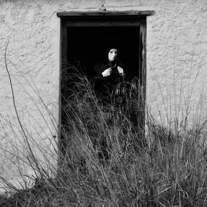 Figura mascarada por porta quebrada foto de stock royalty free