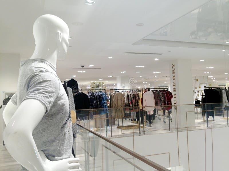Figura masculina del maniquí que mira el boutique de la moda de Burberry imagen de archivo
