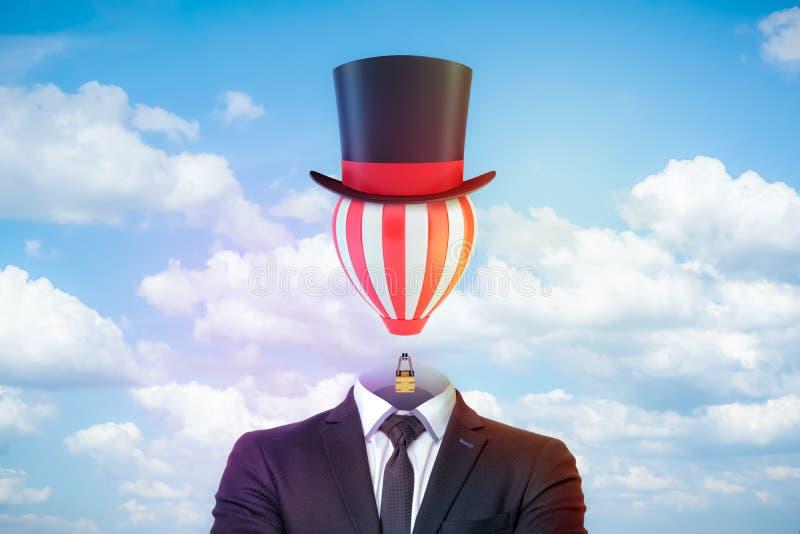 Figura masculina en traje, lazo y tophat elegantes con un globo de aire caliente rayado en vez de la cabeza contra el cielo azul  fotografía de archivo