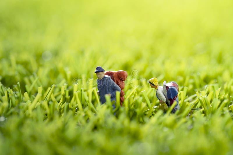 Figura miniatura gruppo dello zaino della gente fotografie stock libere da diritti