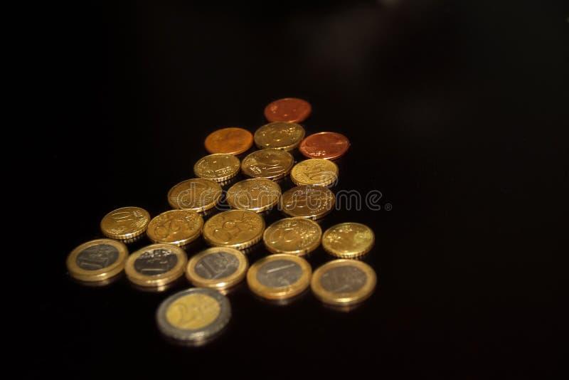 Figura mirada del árbol del Año Nuevo de la Navidad como el símbolo de la flecha hecho de monedas euro diagonal fotos de archivo
