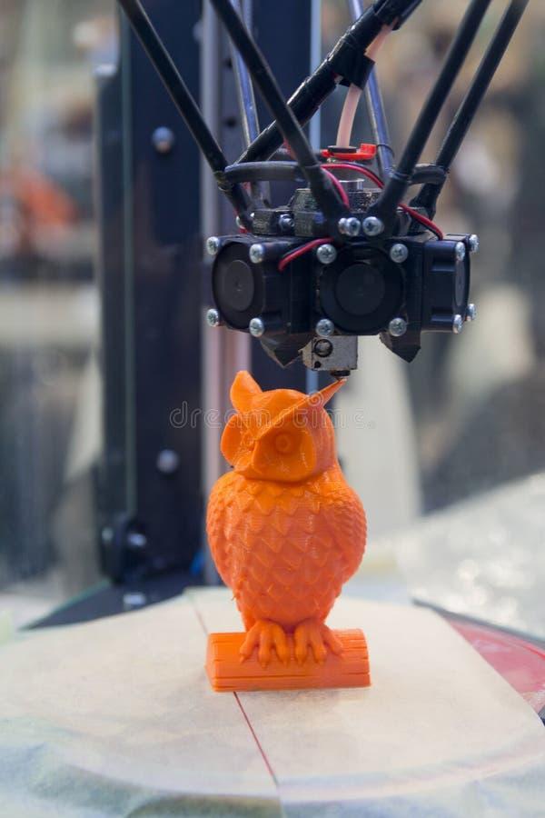 Figura moderna primer de la impresión de la impresora 3D imagen de archivo libre de regalías