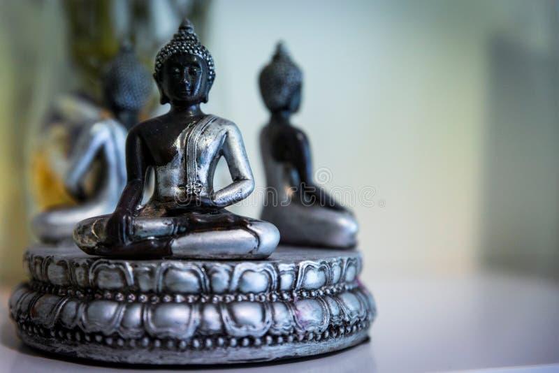 Figura oriental da meditação em um centro da terapia imagem de stock