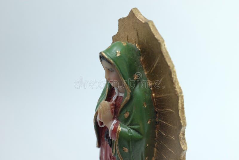 Figura pequena estátua da Virgem Maria Blessed em Roman Catholic Church no fundo branco imagem de stock