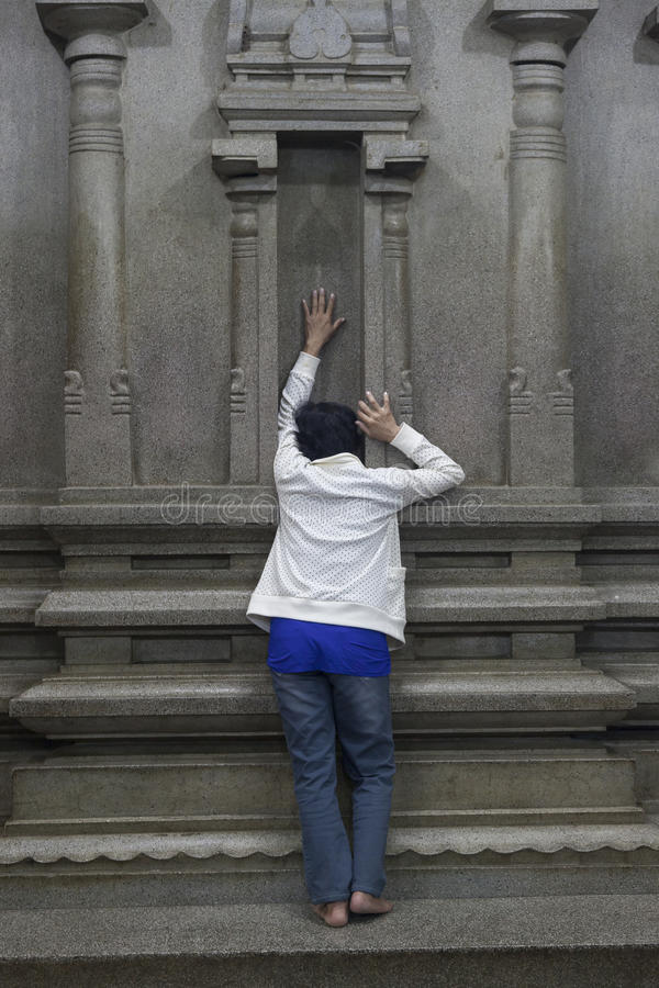 Figura pregare della donna fotografia stock