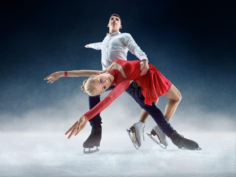 Figura profesional patinadores del hombre y de la mujer que se realizan en la demostración de hielo foto de archivo