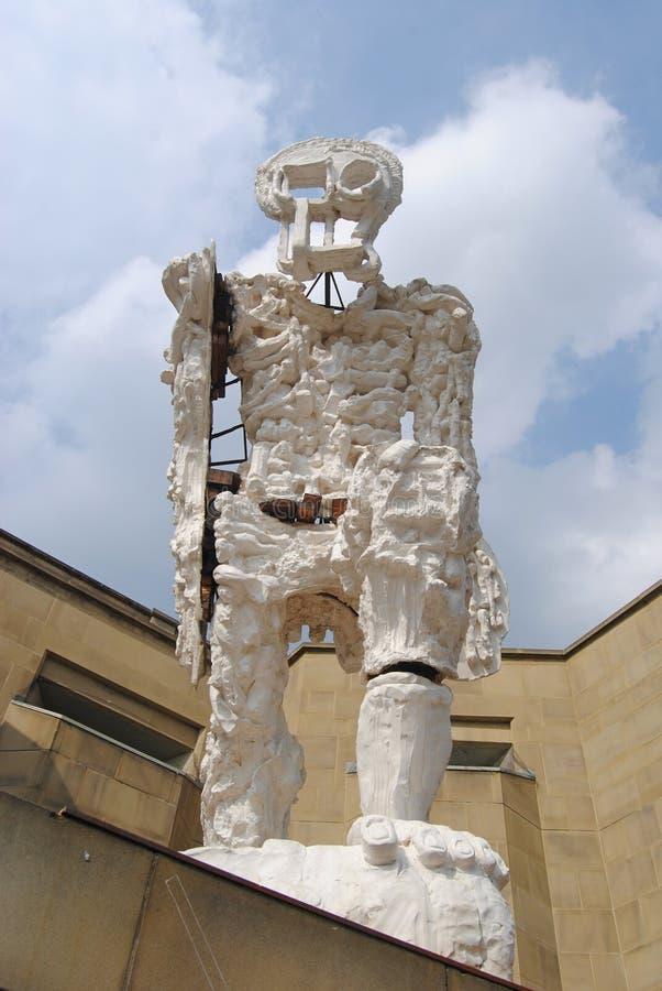 Figura que camina grande escultura en Leeds foto de archivo