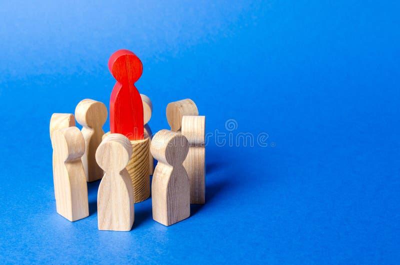 Figura roja en el centro círculo del líder de la gente Vertical del poder Crear un equipo del negocio y a su gestión Cooperaci?n foto de archivo libre de regalías