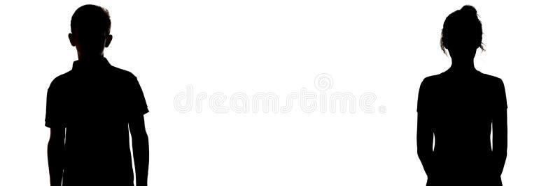 Figura silueta del muchacho y de una muchacha en un fondo blanco, comparación de géneros, entendiendo mal entre el hombre joven y imagen de archivo libre de regalías