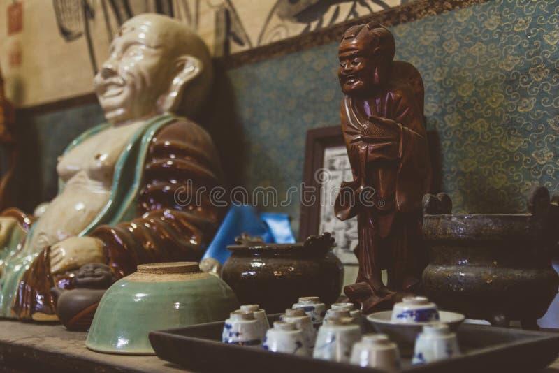 Figura velha da Buda da porcelana na loja antiga em China imagens de stock
