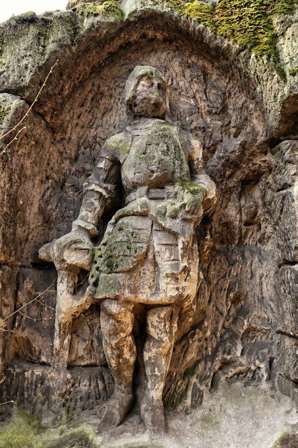 Figura velha da pedra da areia do cavaleiro no rebaixo da rocha imagem de stock