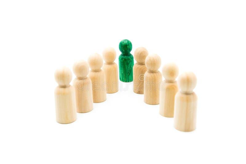 Figura verde grupo principal de figuras de madera en la formación de la punta de lanza, aislado en el fondo blanco fotos de archivo
