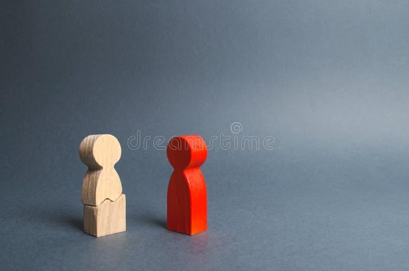 A figura vermelha dos contatos da pessoa à figura rachada da pessoa Pressão, abuso físico e ameaças psicológicos fotografia de stock royalty free