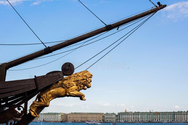 Figuranta lew przy restauracyjnym statkiem jest letuchiy gollandets i widok bulwar fotografia royalty free