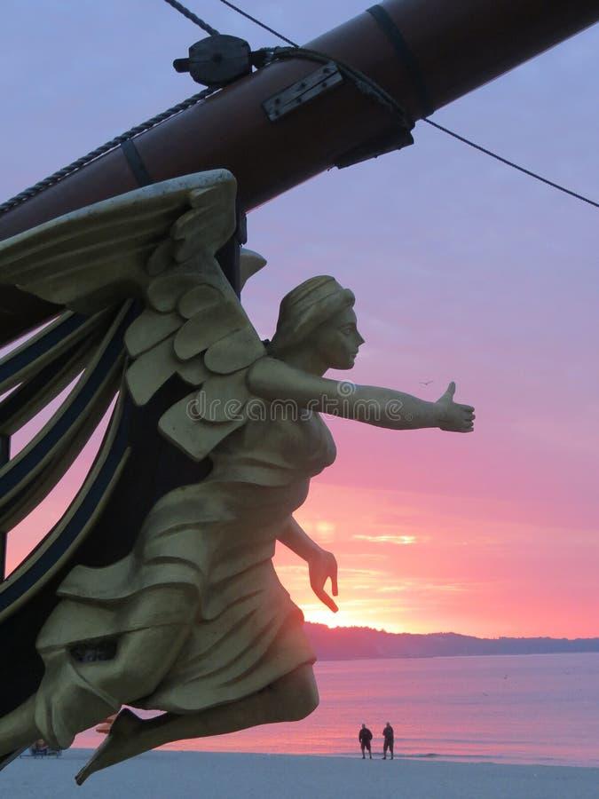 Figuranta nosa kształt jest ornamentem na nosie żaglówka na wschód słońca tle Drewniana rzeźba bogini obrazy stock