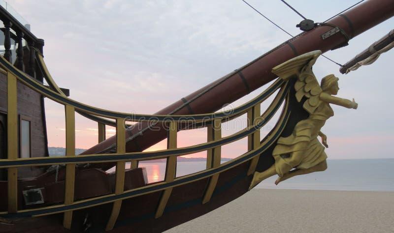 Figuranta nosa kształt jest ornamentem na nosie żaglówka na wschód słońca tle Drewniana rzeźba bogini fotografia royalty free