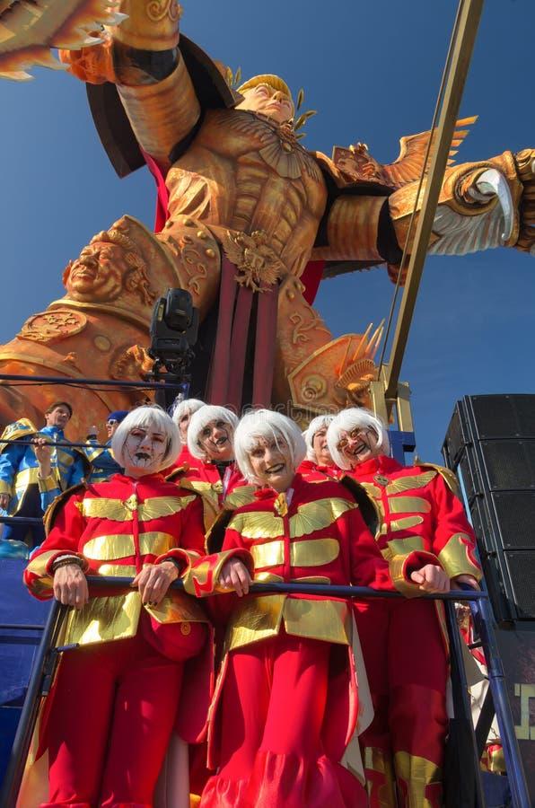 Figurants e - il vagone del PA-fuco al carnevale 2019 di Viareggio, Toscana, Italy-1 fotografia stock