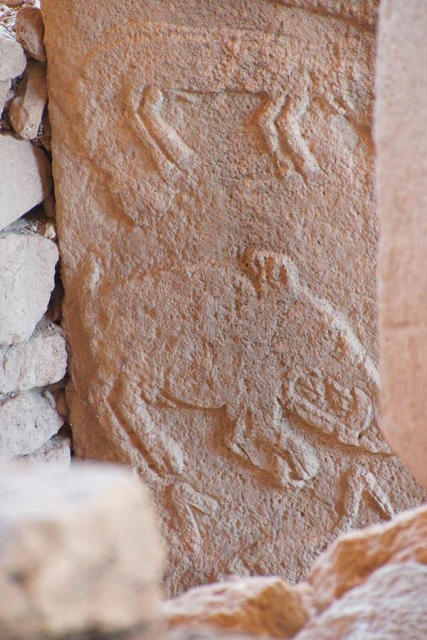 Figuras animais cinzeladas no stele imagens de stock