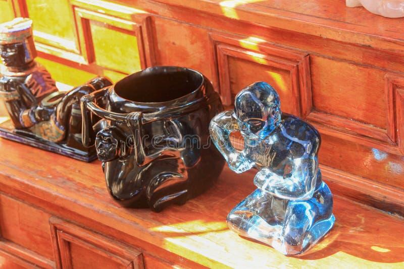 Figuras cinzeladas feitos a mão bonitas da arte das pedras semi preciosas e da obsidiana fotografia de stock