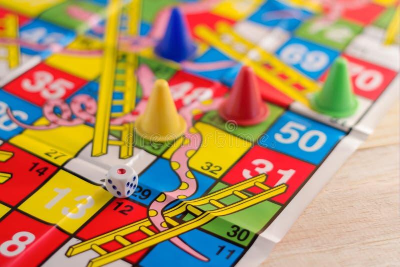 Figuras coloridas do jogo de mesa com dados imagens de stock royalty free