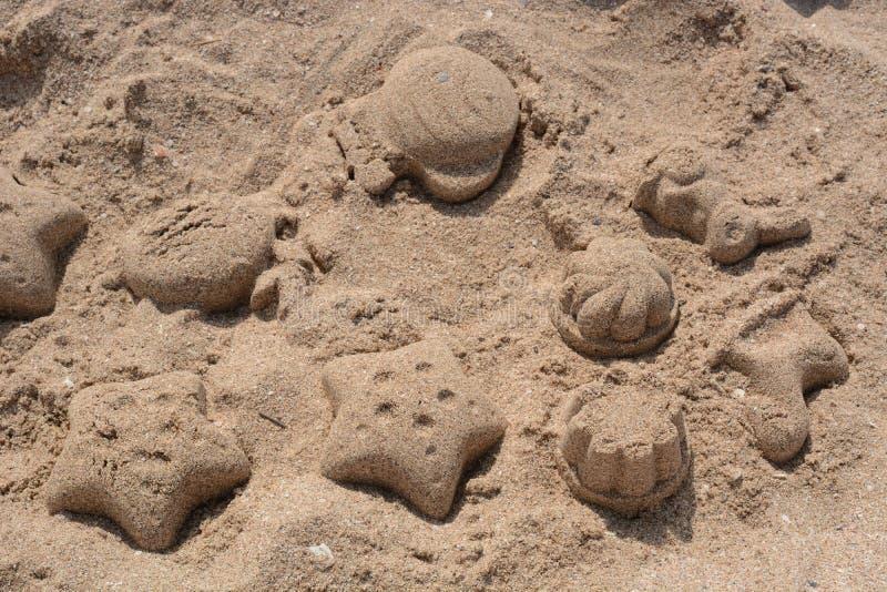 Figuras da areia na praia fotografia de stock