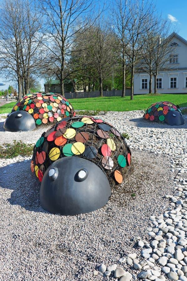 Figuras das joaninha na rua de Ventspils em Letónia fotos de stock