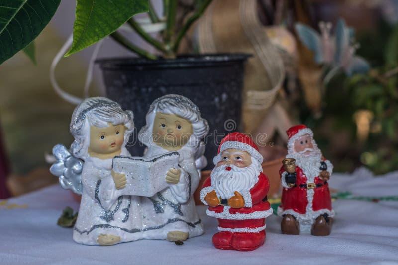 figuras de ángeles y de Papá Noel foto de archivo libre de regalías