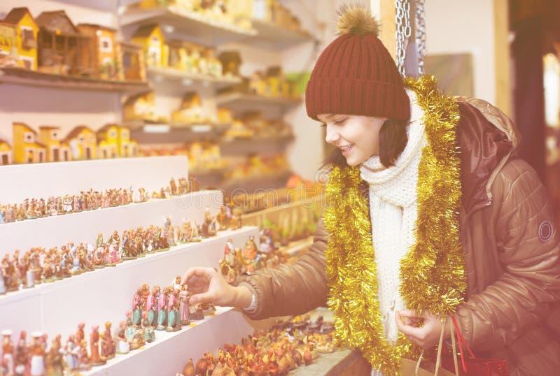 Figuras de compra de la muchacha para crear la Navidad fotos de archivo