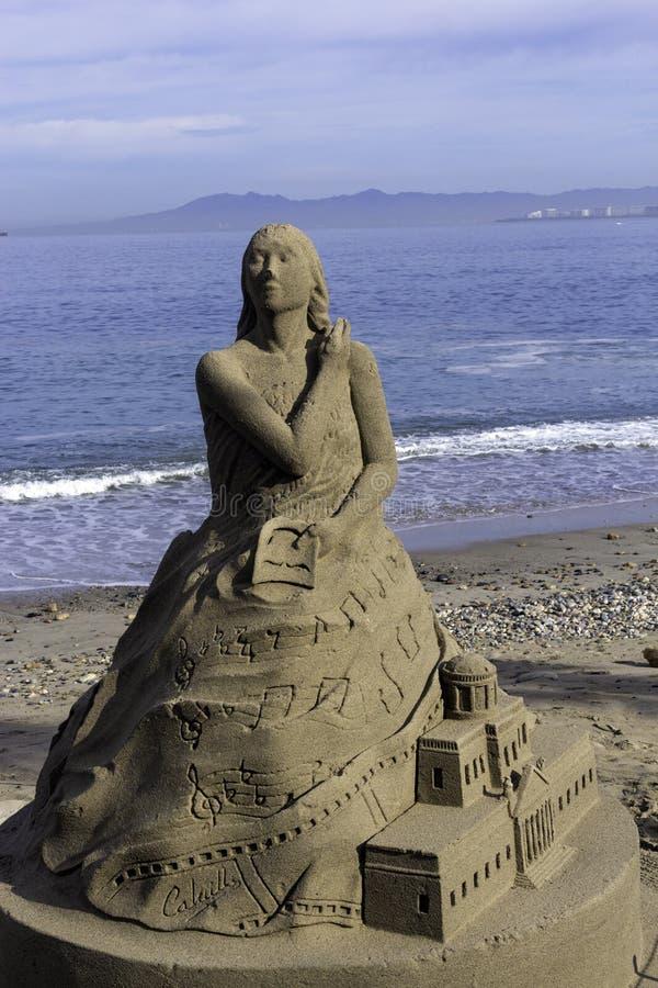 Figuras de la arena en la playa imagen de archivo