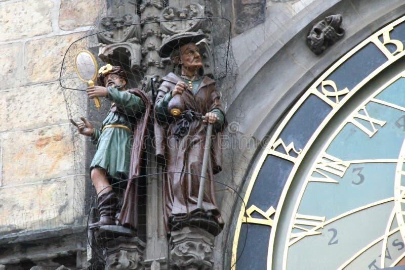 Figuras de la vanidad y de la avaricia en el reloj astronómico de Praga imagen de archivo