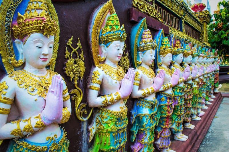 Figuras de los ángeles en el templo imagenes de archivo