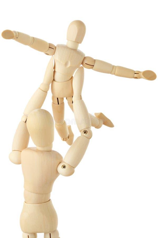 Figuras de madeira da criança carring do pai aérea imagem de stock
