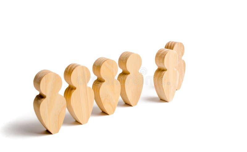 Figuras de madeira do suporte dos povos na formação Candidato, eleito empregado, o melhor de tudo Seleção, a escolha do talento fotos de stock royalty free