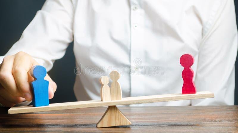Figuras de madeira dos povos em escalas A decisão do tribunal na custódia das crianças por um dos pais após o divórcio foto de stock