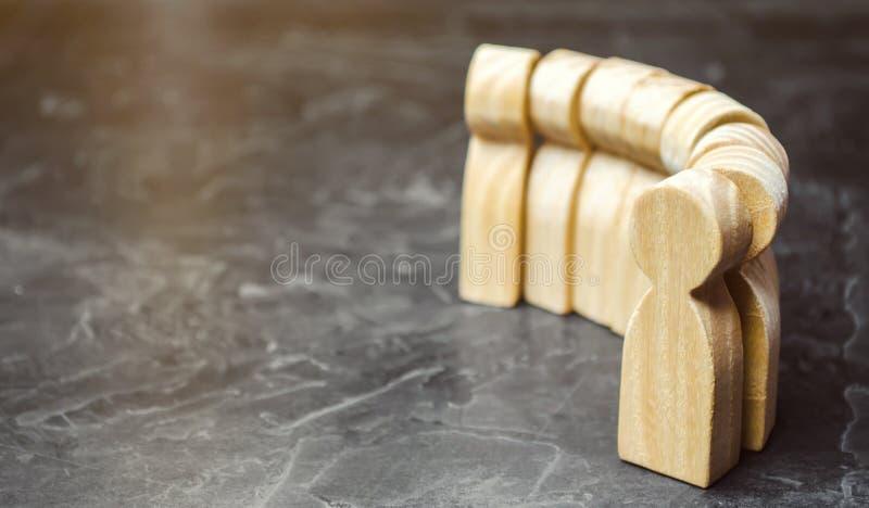 Figuras de madeira dos povos que estão na linha O conceito da fila viva multidão Gestão de recursos humanos Contratando um trabal imagem de stock