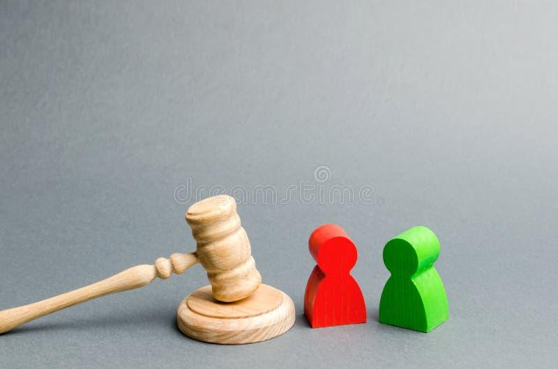 Figuras de madeira dos povos que est?o perto do martelo do juiz litigation Rivais de neg?cio Lei e justi?a do conflito de interes foto de stock royalty free