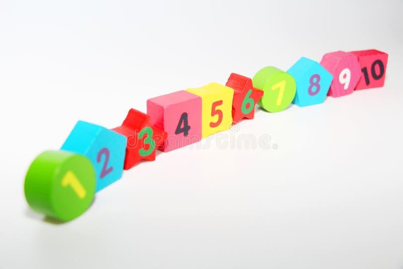 Figuras de madera con los n?meros 1, 2, 3, 4 hasta 10 Figuras para los ni?os fotografía de archivo