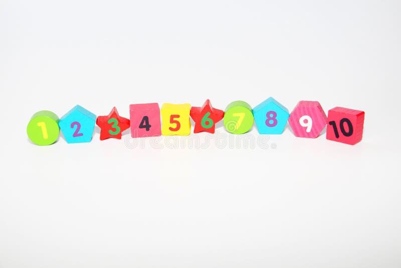 Figuras de madera con los n?meros 1, 2, 3, 4 hasta 10 Figuras para los ni?os imagen de archivo libre de regalías