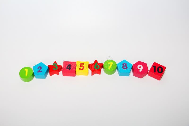 Figuras de madera con los n?meros 1, 2, 3, 4 hasta 10 Figuras para los ni?os foto de archivo