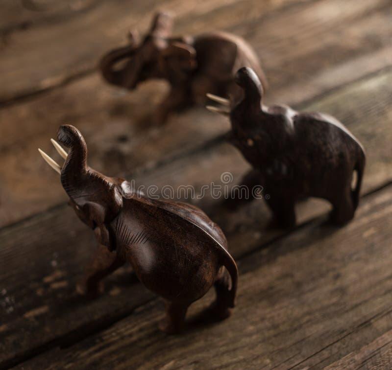 Figuras de madera de los elefantes imagenes de archivo