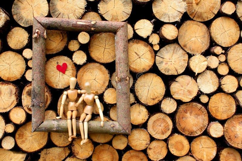 Figuras de madera en amor imagen de archivo