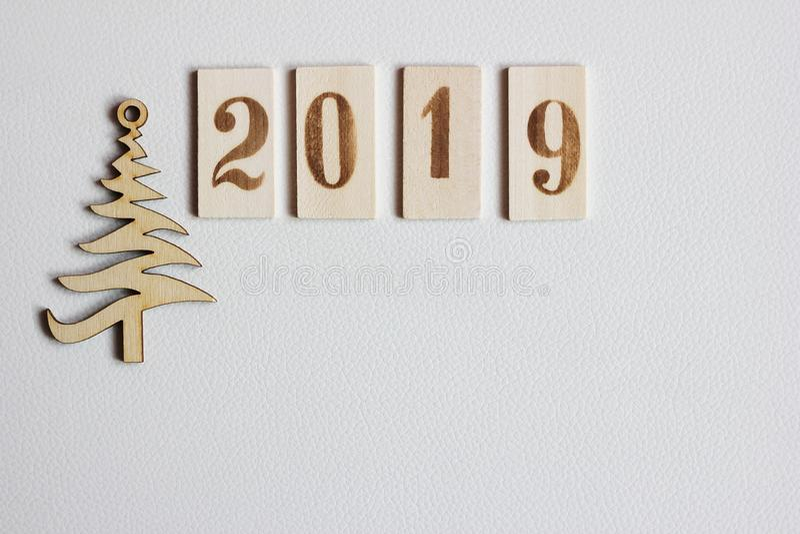 2019 figuras de madera y árbol de navidad imagen de archivo